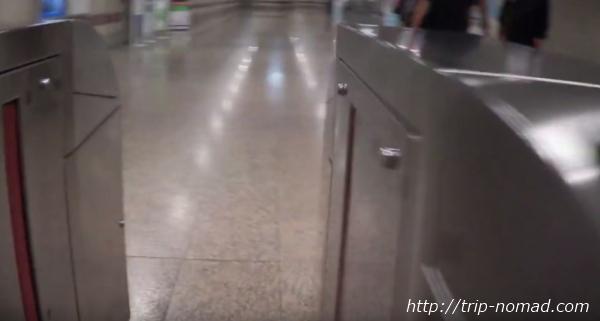 バンコク『MRT』自動改札機を通り抜ける