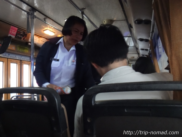 『ドンムアン空港』から市内へのアクセス>バス車内で料金回収する女性