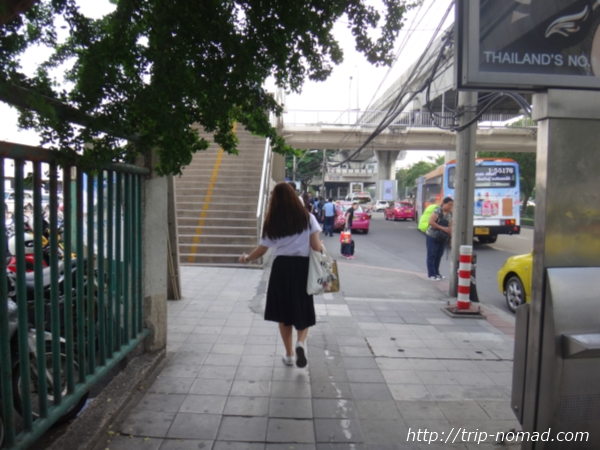 『ドンムアン空港』から市内へのアクセス>バス下車してからBTS「モーチット」駅まで徒歩