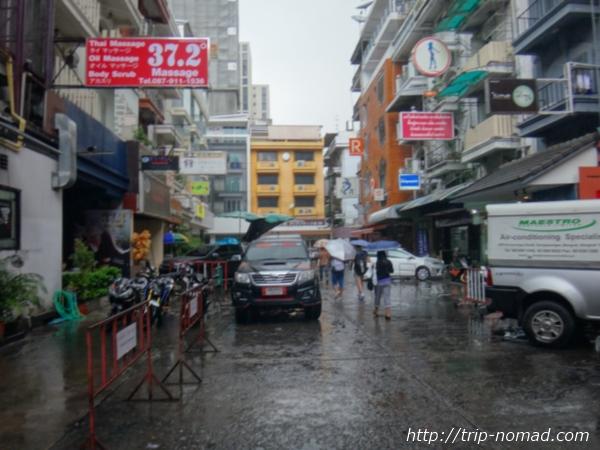 バンコク・タイ古式マッサージ『ワットポー・マッサージスクール・スクムビット校・直営店39』へ続く「ソイ39(Soi39)」通り