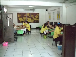 バンコク・タイ古式マッサージ『ワットポー・マッサージスクール・スクムビット校・直営店39』「フットマッサージ」施術風景