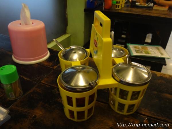 バンコク『イムチャン』のテーブルの調味料