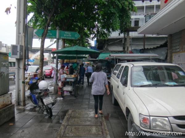 バンコクチャイナタウン『ヤワラート』行き方・道順:バンコクMRT「フアランポーン(Hua Lamphong)」駅4番出口からバス停へ・屋台街