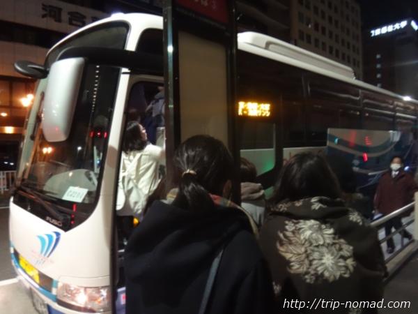 『バスタ新宿』『ミルキーウェイ エクスプレス』ピンクバスに乗客が並んでいる