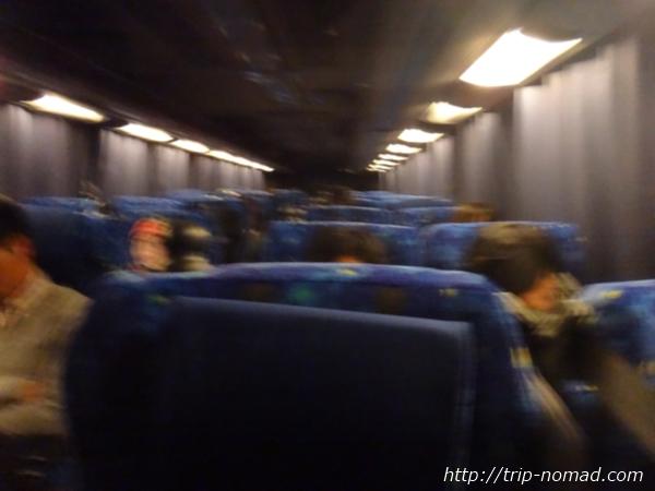『ミルキーウェイ エクスプレス』夜行バスの休憩中の車内の明るさ