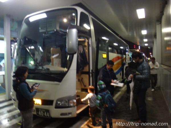 『品川バスターミナル』京急高速バス『ノクターン号』に乗客が並んでいる