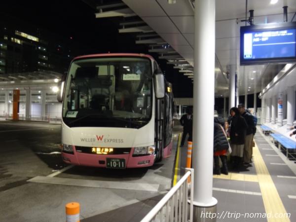 『バスタ新宿』『WILLER EXPRESS(ウィラー・エクスプレス)』ピンクバスに乗客が並んでいる