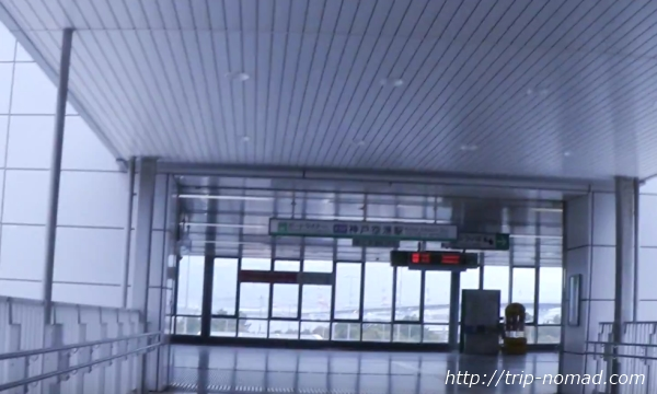 神戸『ポートライナー』神戸空港駅ホームへの通路