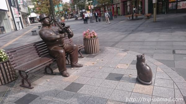 『旭川商店街のサキソフォン吹きと猫』