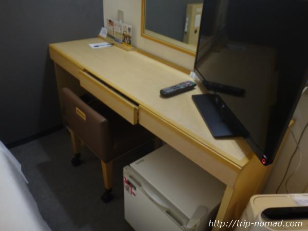 『スーパーホテル新潟』室内デスク周り