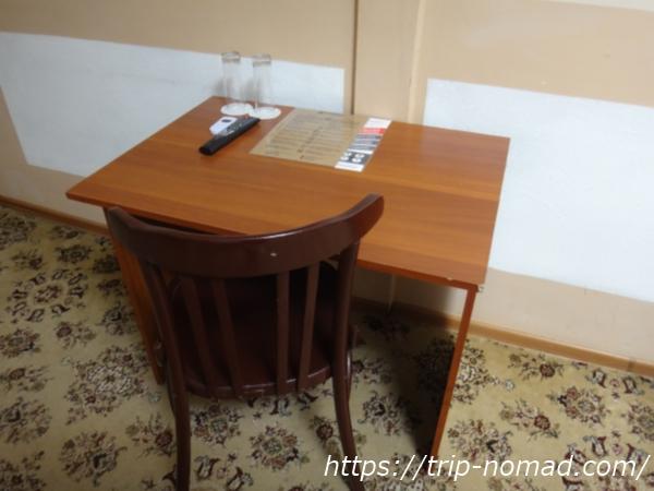 『マトリョーシカ ホテル』デスクと椅子