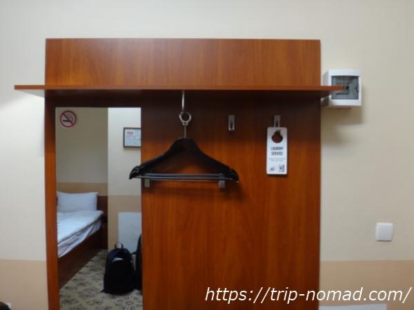 『マトリョーシカ ホテル』洋服をかけるハンガーと鏡