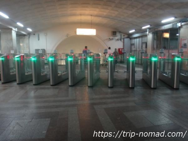 『モスクワ『メトロ(地下鉄)』自動改札画像