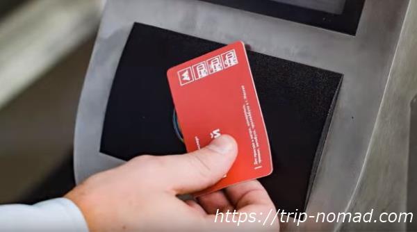『モスクワ『メトロ(地下鉄)』の自動改札読み取り部分(黄色い丸い部分)にチケットをタッチしている画像