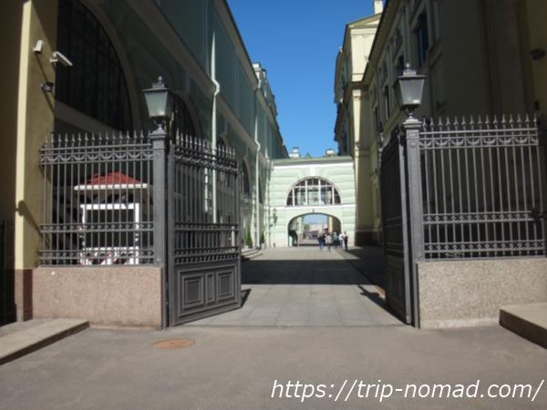 ロシア・サンクトペテルブルグ『エルミタージュ美術館』Eチケット専用入場口がある通路画像