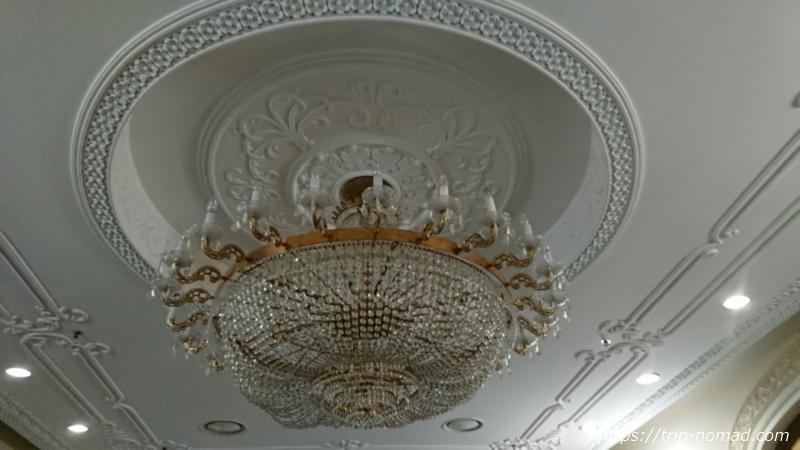 ウラジオストク『ベルサイユホテル』フロントの巨大なシャンデリア