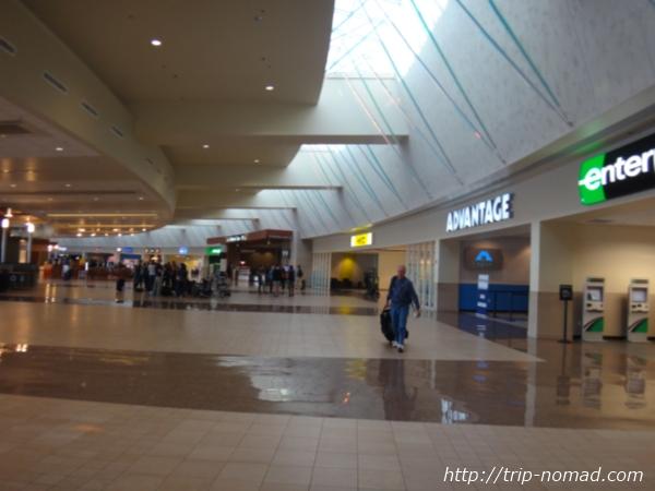 『フェニックス空港・レンタカーセンター(Rental Car Center)』貸出フロア画像