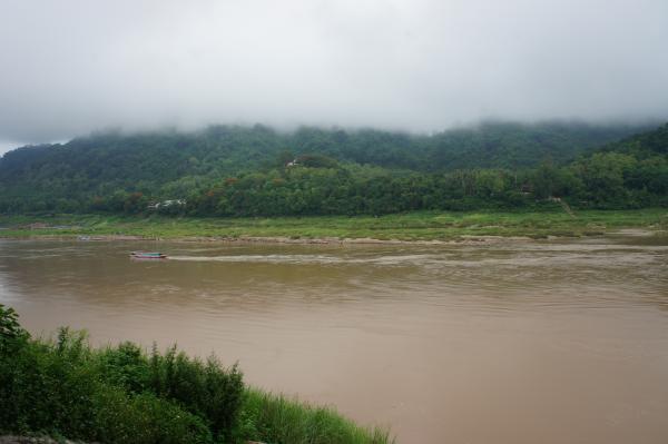 【ラオス】世界遺産「ルアンパバーン」でメコン川にかかる今にも壊れそうな橋を渡ってみた【動画あり】