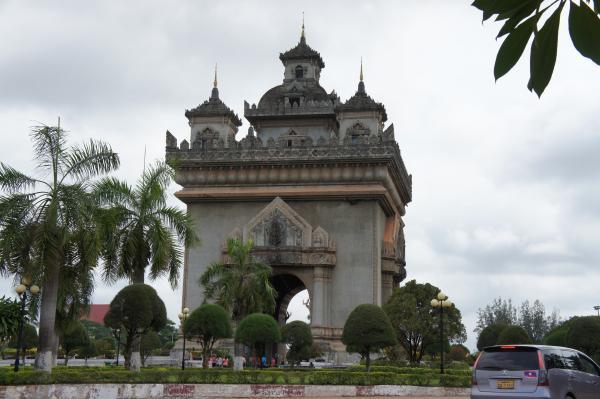 【ラオス】ビエンチャンの凱旋門【パトゥーサイ】のてっぺんに上って市内を一望してきたよ!