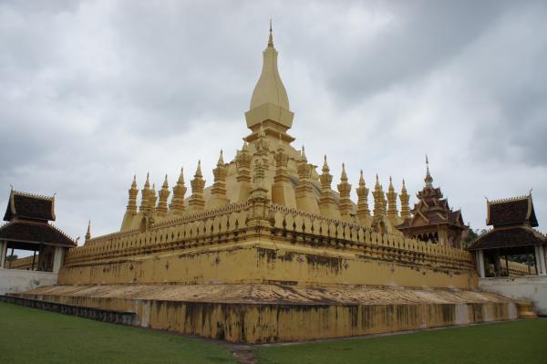 ラオスを代表する聖地【タート・ルアン】 の黄金に輝く仏塔を見てきたよ!