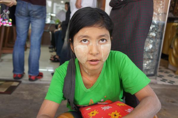ミャンマーで一番人気のコスメ『タナカ』は衝撃的だった!